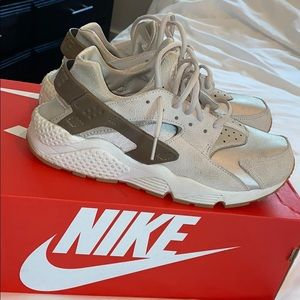 Women's size 9.5 huaraches in phantom grey/olive